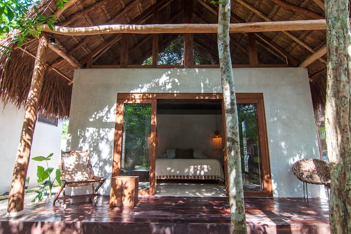 Jungle cabin in town/ fast WiFi/AC/ bikes (2 of 5)