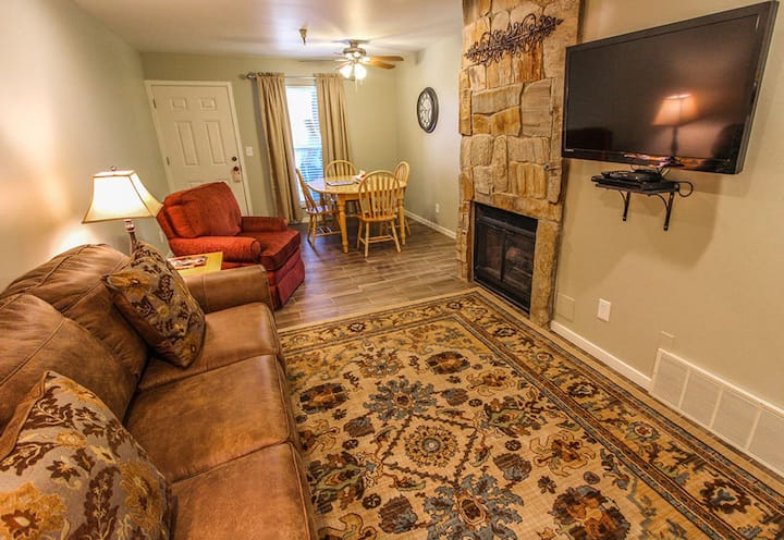 1BR Condo Skiers Lodge Hot tub/walk to Lifts