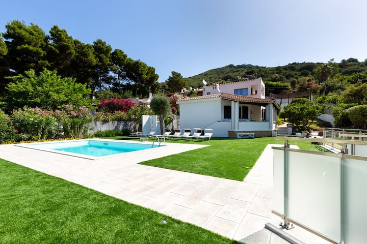 Exclusive villa with private pool 70mt from beach