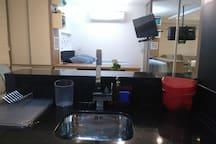 Pia da cozinha com vista para a casa. Ótimo ficar assistindo uma tv enquanto se lava a louça!