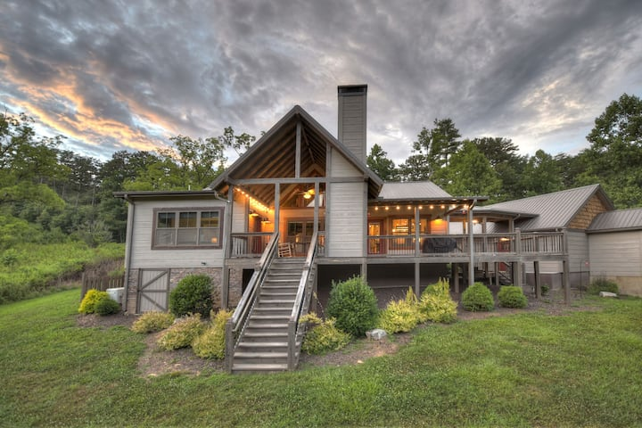 Willow Springs Retreat is a stunning rustic modern design 3 bedroom cabin!!|  3 Bedroom, 3 Bathroom