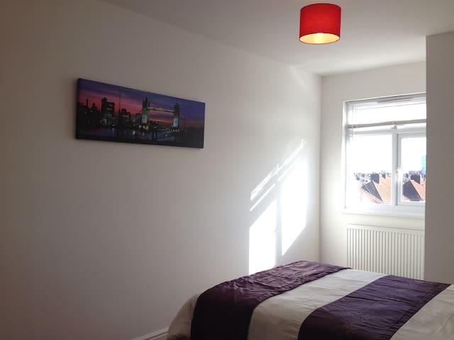 Spacious Double Room 15min> Heathrow/CentralLondon - Hayes