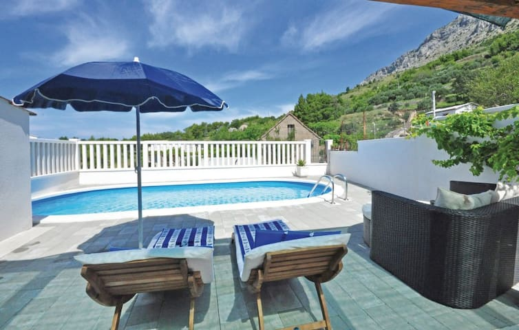 Two-storey house with swimming pool - Stanići - House