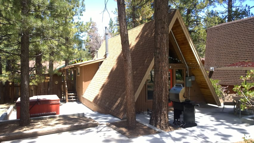 A Frame Cabin with Spa and Loft! - Big Bear Lake - Houten huisje
