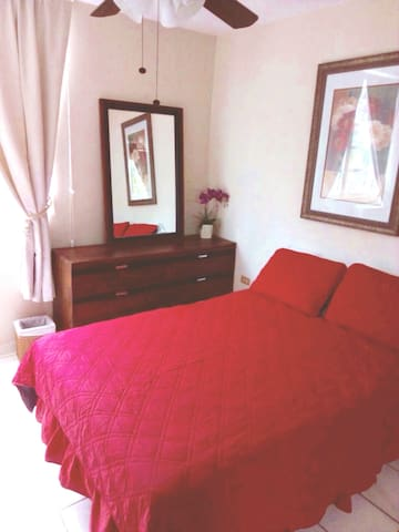 queen bed room with air condition and fan
