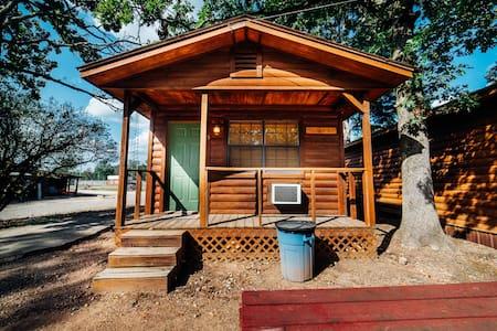 Sleepy Hollow #5 Quaint Cabin Walking Distance to Hochatime, Petting Zoo, and Mining Company