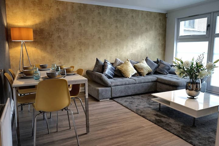 Contemporary Hydro Apartment 2 with free car park