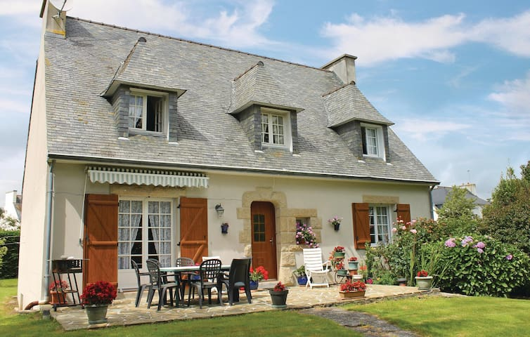 Holiday cottage with 4 bedrooms on 110m² in Ploneour-Lanvern