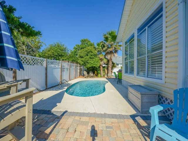 Caribbean Breeze - Beautiful Home with Private Pool! Fenced in Backyard, Florida Room, and Porch Swing!