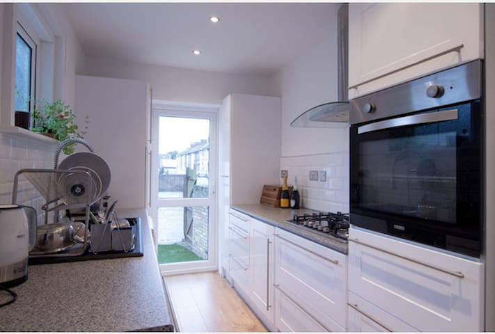 Very Large 4 Bed House Free Parking - Margate - House