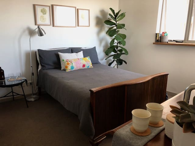 Light, airy room in central GC