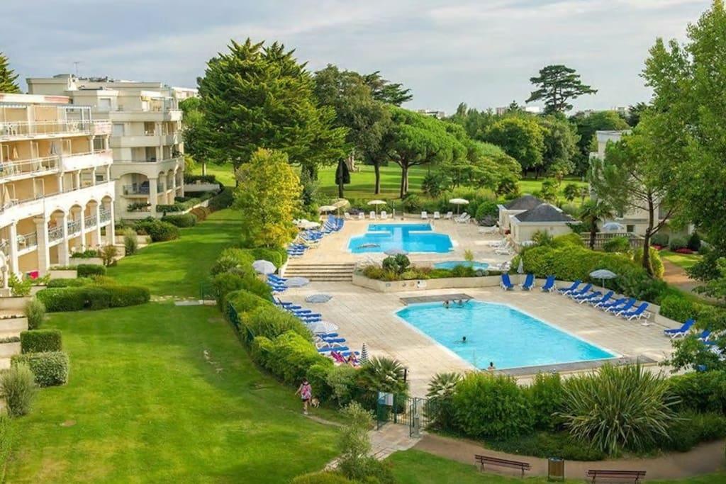 Grande piscine avec 3 bassins (dont 1 chauffé) et transats / parasols