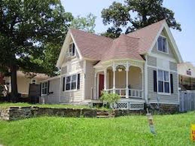 Classic Victorian Home near University of Arkansas - Fayetteville - Appartement