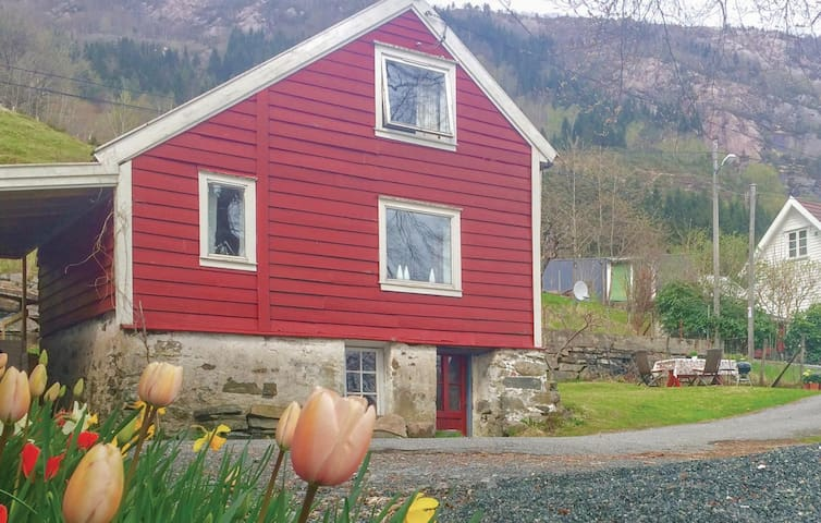 Holiday cottage with 2 bedrooms on 95 m² in Bruvik