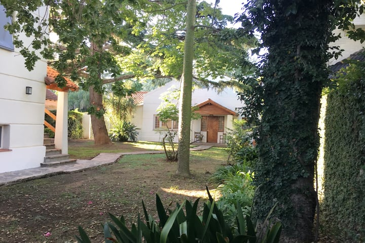 Casa al fondo,  jardín y pileta