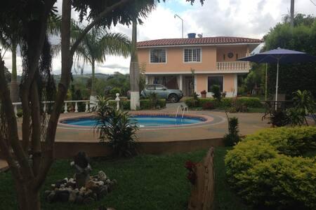 Habitaciones en chalet campestre - Quimbaya