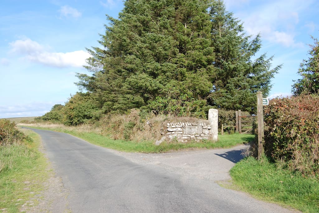 The entrance of Palmer's Farm, leading to Candra