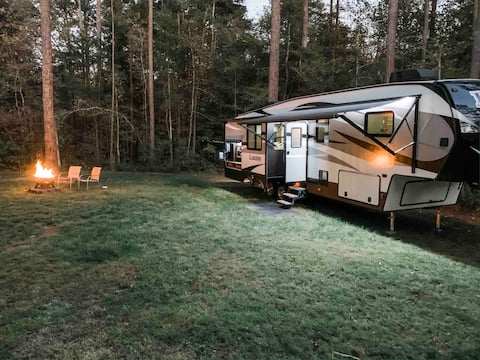 GLAMPING!! + HOT TUB and 5 minutes from downtown