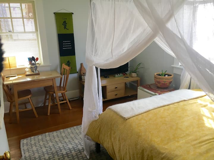 Bright, Charming, Private Studio close to Downtown