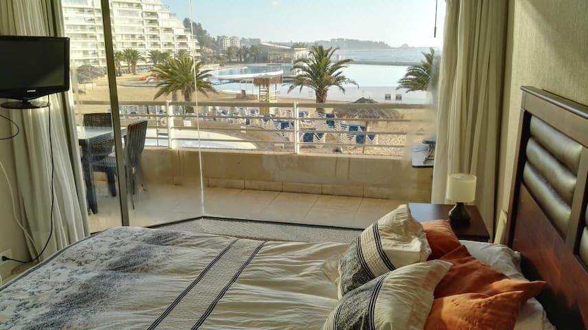 Dormitorio principal con vista a la playa, piscina, laguna, mar.