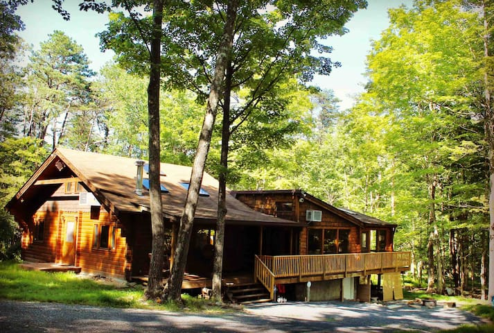 The Get-A-Way Large Cabin with Hot Tub & WiFi!!