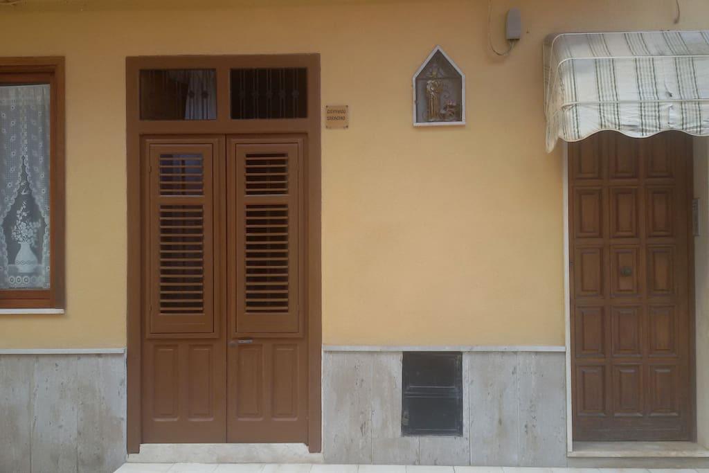 Ingressi indipendenti (porta a destra per gli ospiti, porta a sinistra per i proprietari che risiedono al piano terra)