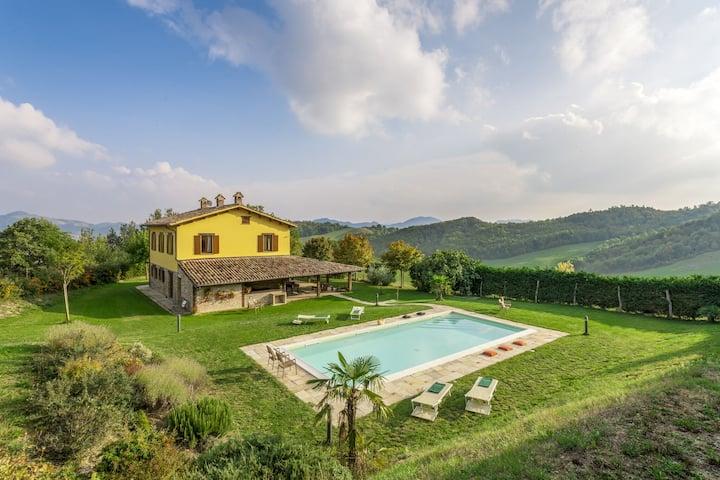 Stylish Villa in Piandimeleto with Swimming Pool