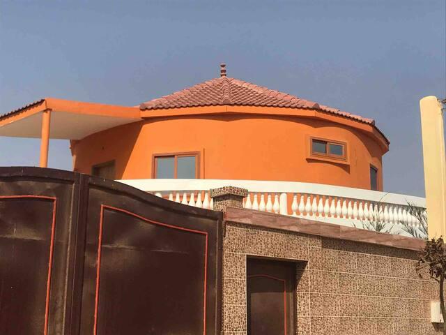 Case ronde à étage + terrasse et vue sur la mer