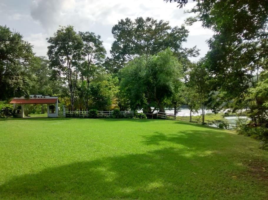 Amplio lugar de descanso en medio de la naturaleza!