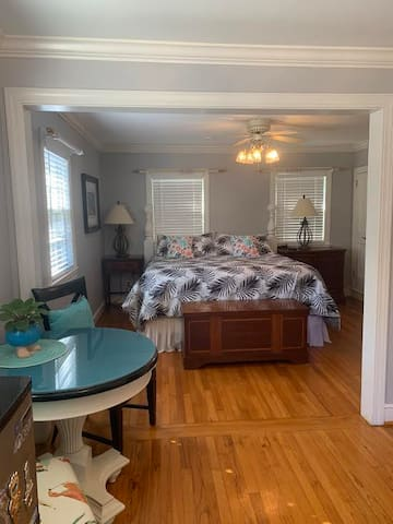 Private 1 Bedroom Unit close to downtown (2 miles)