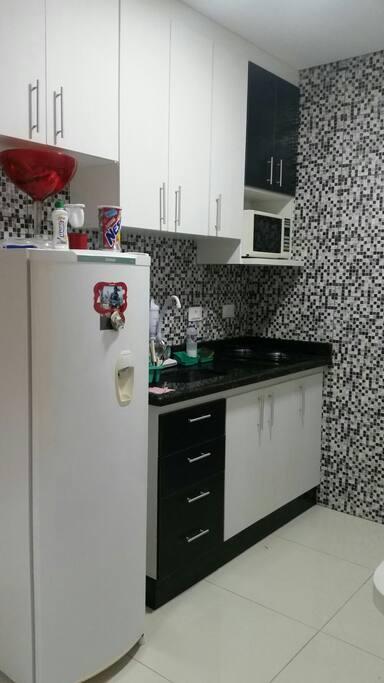 cozinha com microondas e geladeira
