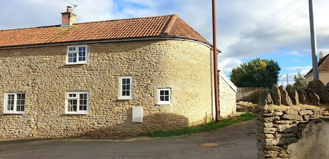 Curvy country cottage in heart of Somerset village