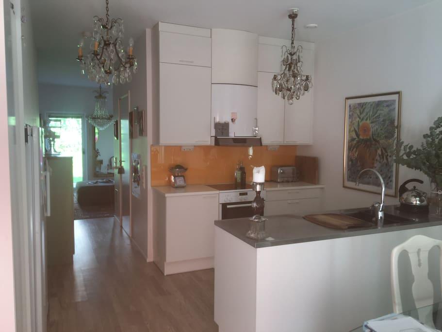 Matplats & Kök med V-rum i öppen planlösning, Badrum och Uteplats, Entre plan