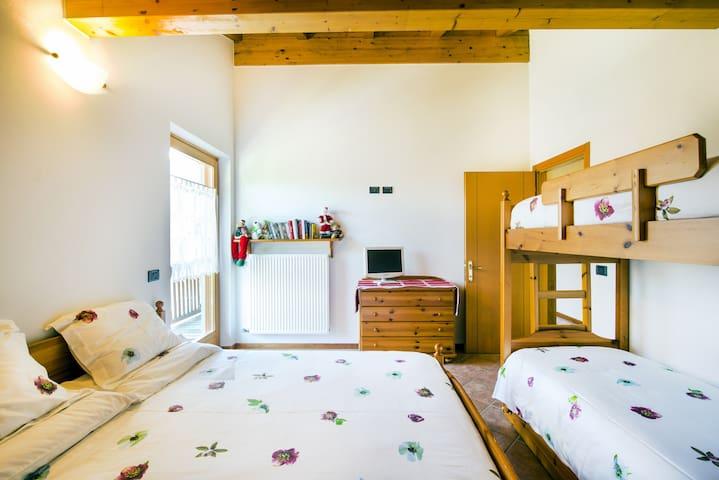 Camera da letto matrimoniale con letto a castello