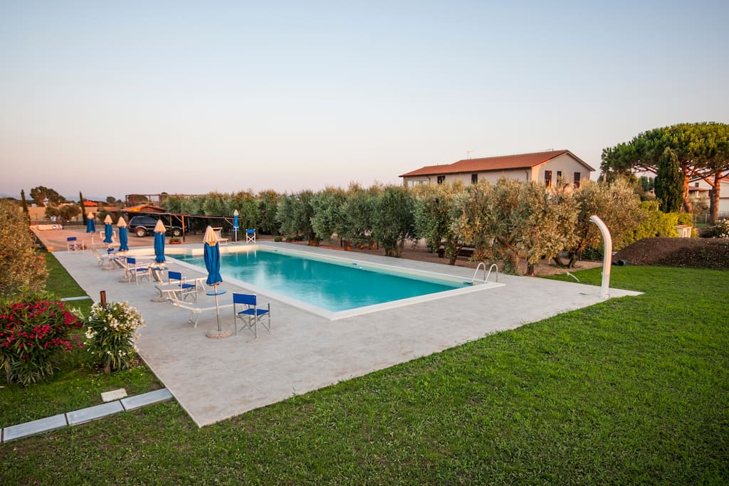The large private pool of the House - L'ampia piscina privata della Casa