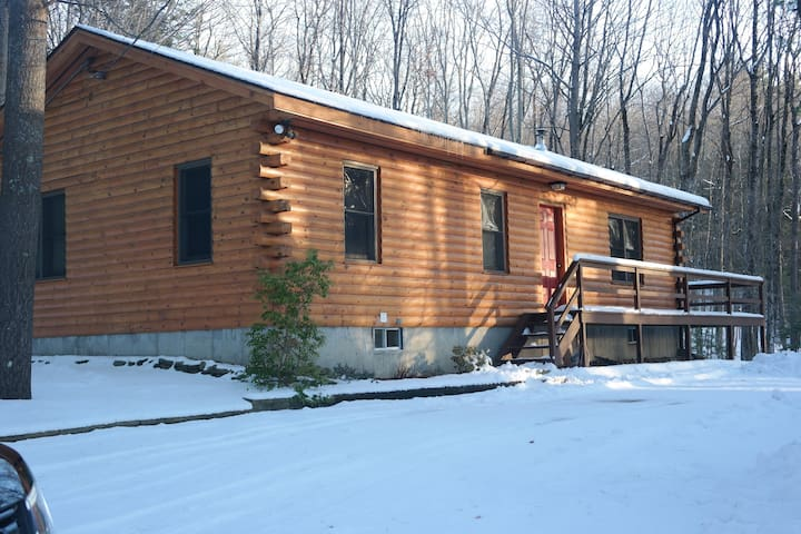 Cozy 3 Bedroom Cabin minutes from Lake George