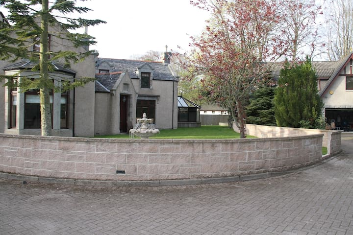 Grand 2 Bedroom house in Scottish Manor - Westhill - House
