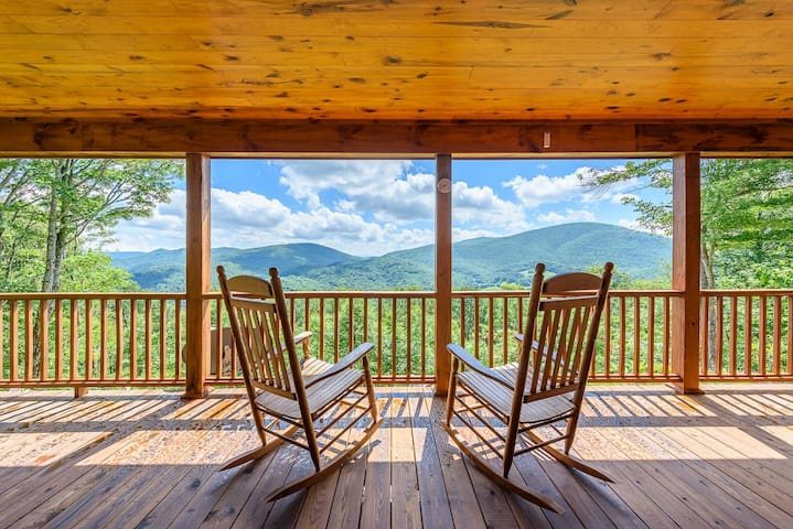 3BR Log Cabin, Big Views, Hot Tub, Fire Pit, Master on Main, 8 Miles to Boone