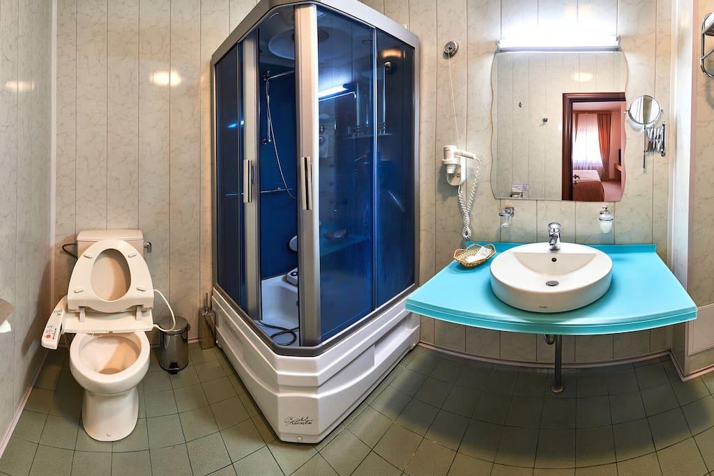 туалетная комната с душевой