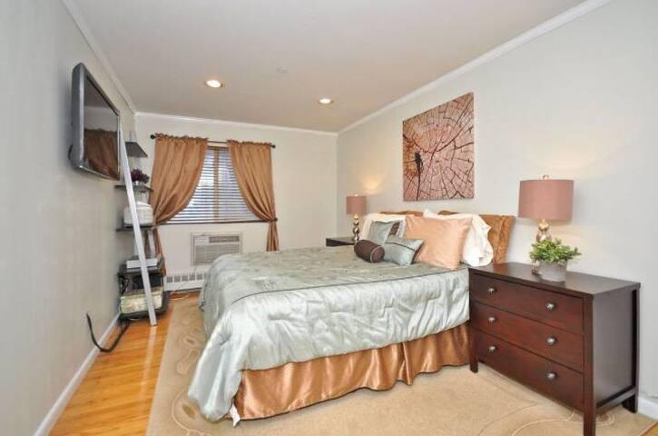 Cozy Room Near LGA & JFK and 20 mins to Manhattan
