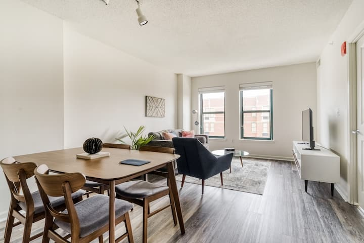 Elegant 1BR in DC near Metro, Gym + Rooftop Pool