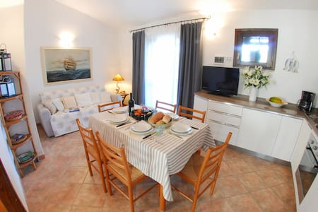Casa Margherita, 3 Zimmerwohnung, Patio und Garten - Porto Pollo - Byhus