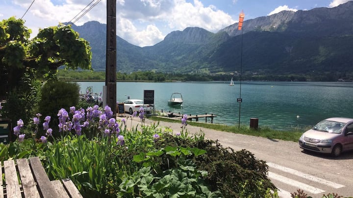 Bright Annecy lakeside studio with private jetty