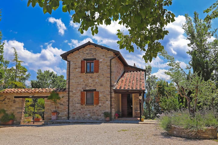 Villa in the hills, with spacious garden, private swimming pool and unspoiled natural surroundings