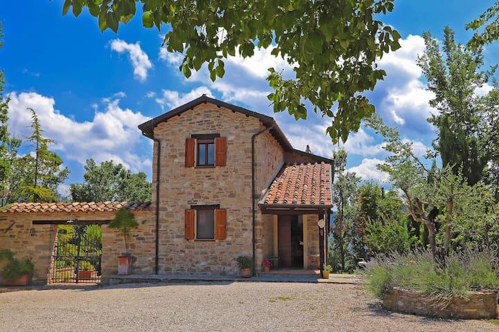 Villa mit großem Garten, eigenem Pool in den Hügeln, unberührte Natur