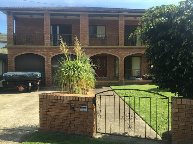 Beautiful Large Home by the Beach - Collaroy - House
