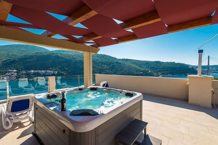 Deluxe Sunset jacuzzi apartment Tonći