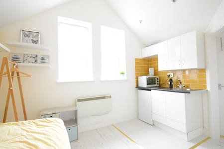 An ideal peaceful place with soft colours where you can relax and escape from noise and buzz of the city while being not too far away from it. Admire spectacular London skyline view while having a calming walk in the park which is just near the house
