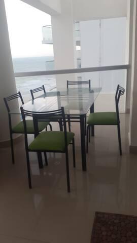 terraza con muebles para descanso y comida.