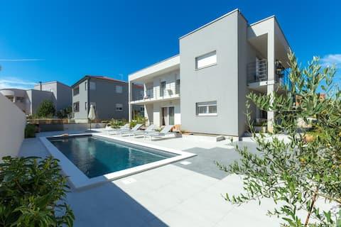 MARI -Charming apartment by the pool